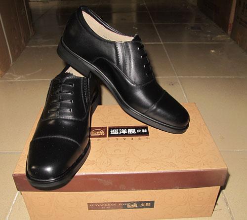 皮鞋,雨衣,雨鞋;3515工厂生产的强人牌皮鞋