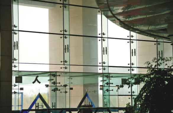 按支承结构分为驳接点式玻璃幕墙