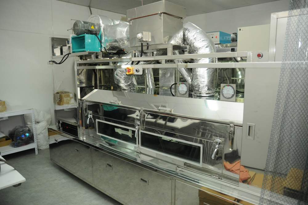 Automatic ultrasonic cleaning line for eyewear lens