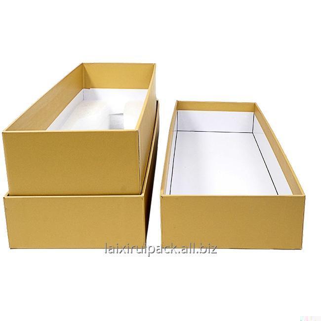 Comprar Caja de bombones de forma cuadrada color negro con papel dorado en el interior