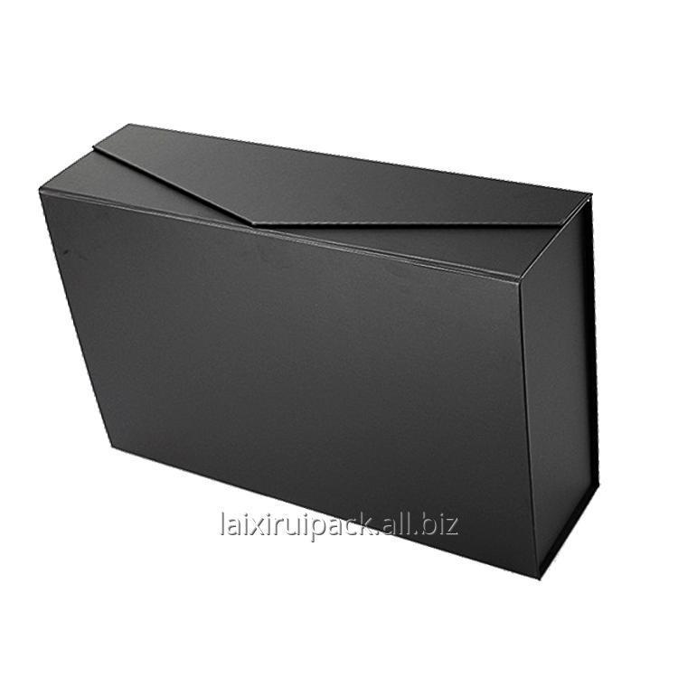 Купить Коробка шоколада черного цвета квадратной формы с золотой бумагой внутри