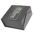 Caja de bombones de forma cuadrada color negro con papel dorado en el interior