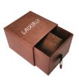 Коробка шоколада черного цвета квадратной формы с золотой бумагой внутри