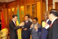 吴官正与邦戈总统参加贝林加铁矿签字合作开发